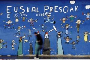 Sur un mur d'Usurbil, des enfants ont peint une fresque réclamant le transfert des prisonniers basques au Pays basque