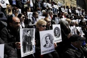 Réunis à l'appel d'un collectif d'ONG turques et internationales, les manifestants se sont successivement retrouvés devant l'ancienne prison, aujourd'hui Musée des arts islamiques, où furent détenus les premiers Arméniens arrêtés le 24 avril 1915 et à la gare d'Haydarpasa, d'où ils furent ensuite déportés.  Sous l'oeil des forces de l'ordre, ils ont exhibé des portraits des victimes tuées en 1915 et des pancartes Reconnaissez le génocide!, en turc, en arménien et en anglais.